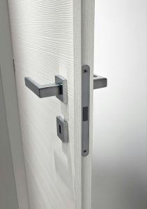 dettaglio porta bianca laminato